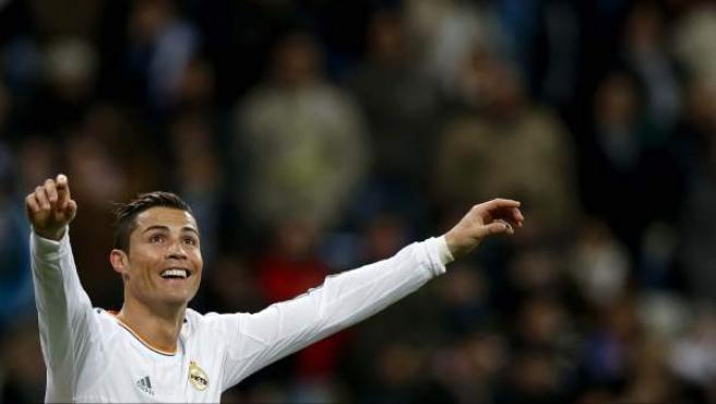 El delantero portugués del Real Madrid, Cristiano Ronaldo, celebra uno de los goles de su equipo ante el Celta, durante el partido de la decimoctava jornada de liga.