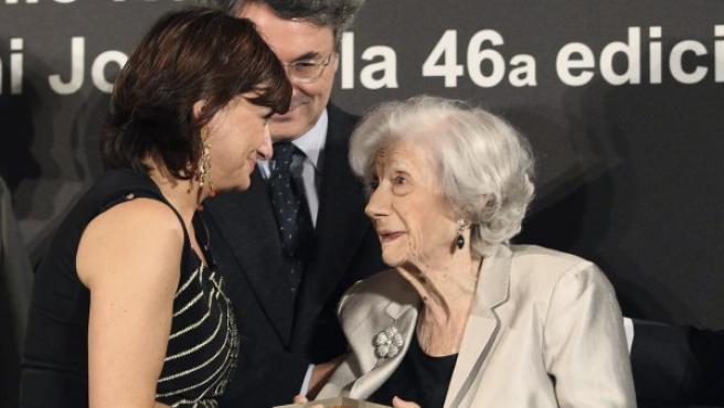 La escritora y periodista valenciana Carmen Amoraga Toledo recibe de la escritora Ana María Matute el Premio Nadal, en su 70 edición, galardón conseguido con su novela 'La vida era eso', durante la velada literaria celebrada en Barcelona.