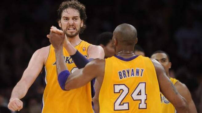 Pau Gasol celebra una victoria con Kobe Bryant.
