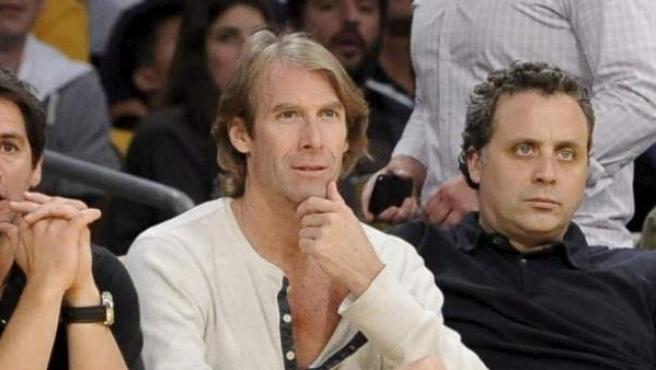 El director Michael Bay, durante un partido de baloncesto.