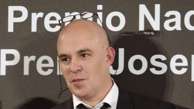 El escritor, archivero y arqueólogo andorrano Albert Villaró posa con el 46 Premio Josep Pla de prosa en catalán.