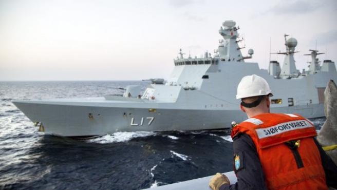 Imagen facilitada por las Fuerzas Armadas noruegas que muestra el buque de apoyo danés L17 'Esbern Snare' durante un ejercicio con la fragata noruega 'Helge Ingstad', como una preparación para escoltar a los agentes químicos de Siria para su destrucción, a una localización desconocida del Mar Mediterráneo.