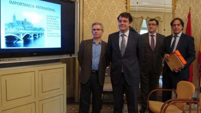 Mañueco, en primera fila, junto a expertos que han elaborado la memoria