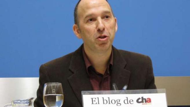 El concejal de CHA, Carmelo Asensio, en rueda de prensa en el Ayuntamiento