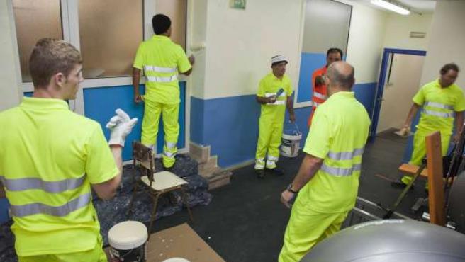 Trabajadores realizando labores de mantenimiento