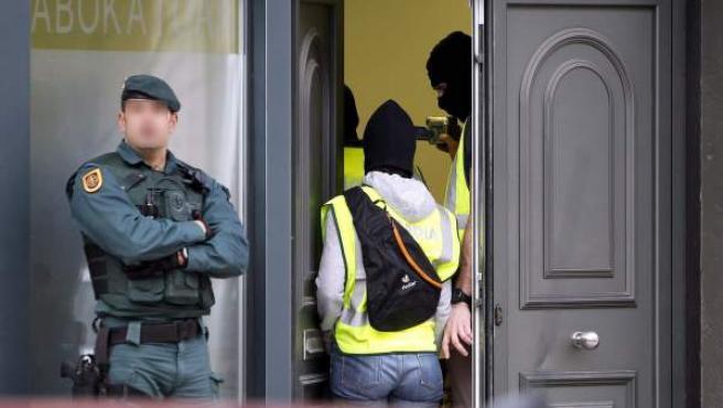 Agentes de la Guardia Civil registran un despacho de abogados de Hernani (Gipuzkoa), dentro de la operación relacionada con letrados de miembros de ETA.