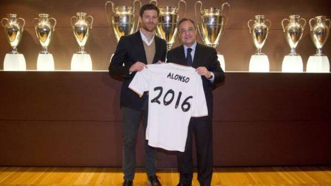 Xabi Alonso y Florentino Pérez tras la renovación del centrocampista.