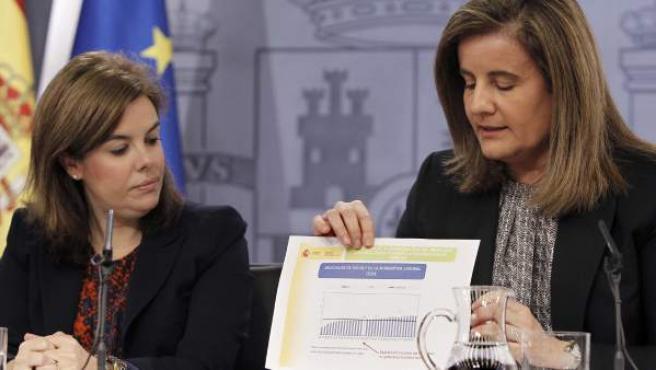 El vicepresidenta del Gobierno, Soraya Sáenz de Santamaría (i), junto a la ministra de Empleo, Fátima Báñez (d), durante la rueda de prensa posterior a la reunión del Consejo de Ministros.