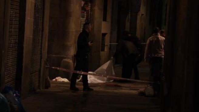 Efectivos de los Mossos d'Esquadra trabajan en el lugar donde ha tenido lugar el apuñalamiento mortal.