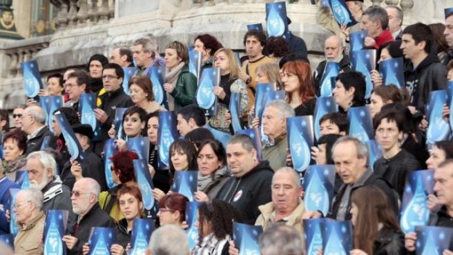 Miembros del colectivo 'Tantaz tanta' (gota a gota), concentrados ante el Ayuntamiento de Bilbao.