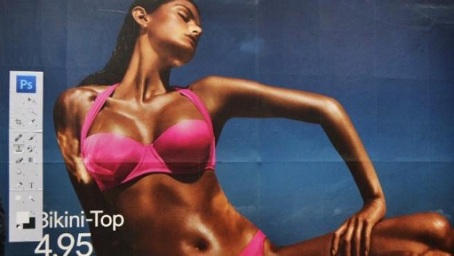 La modelo brasileña Isabeli Fontana, con un bronceado de Photoshop, en una de las vallas intervenidas por Daniel Soares