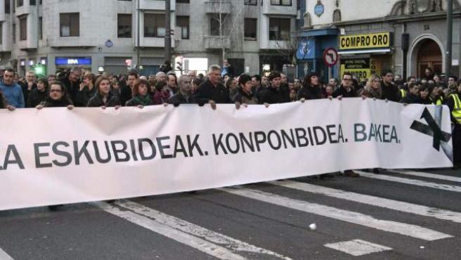 Cabecera de la manifestación silenciosa celebrada en Bilbao convocada por el PNV, los partidos de la izquierda abertzale y los sindicatos ELA y LAB tras la decisión del juez de la Audiencia Nacional Eloy Velasco de prohibir la marcha a favor de los presos de ETA que había promovido la iniciativa 'Tantaz Tanta'.