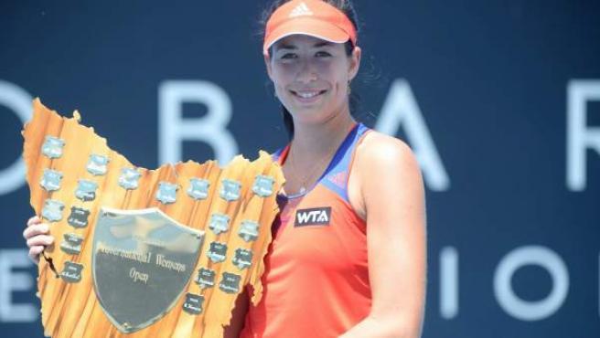 La tenista hispano-venezolana Garbiñe Muguruza posa con el trofeo de ganadora del torneo australiano de Hobart.