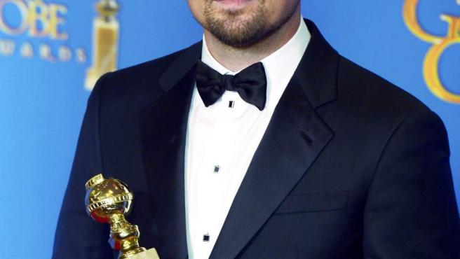 El intérprete estadounidense posa con su Globo de Oro al mejor actor en película de comedia o musical por El lobo de Wall Street.