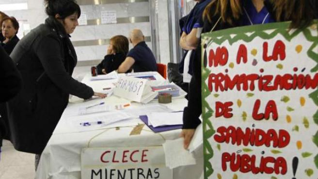 Primer día de huelga de limpieza en el Hospital Ramón y Cajal de Madrid.
