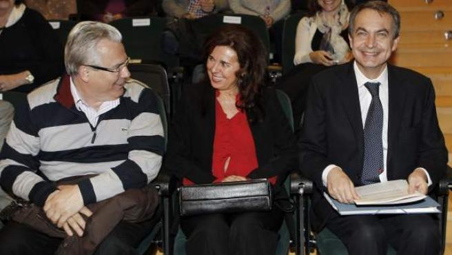 El expresidente del Gobierno, José Luis Rodríguez Zapatero (d), junto a Baltasar Garzón (i) y la catedrática de Filosofía del Derecho, María José Fariñas, momentos antes de la conferencia 'Transición y memoria'.