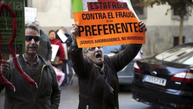 Una veintena de preferentistas protestan ante el juzgado a la llegada del expresidente de Caja Madrid Miguel Blesa.