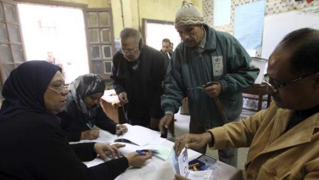 Dos hombres se registran para poder participar en el referendo sobre la nueva Constitución en el barrio de Abassyia, en El Cairo (Egipto).