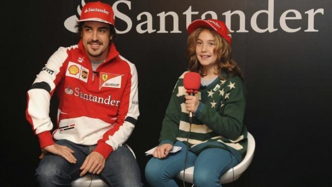 """Fotografía facilitada por el Banco de Santander del piloto español de Ferrari Fernando Alonso, ha respondido a las preguntas de la niña de nueve años, Daniela, ganadora del concurso para niños """"Periodista por un día""""."""