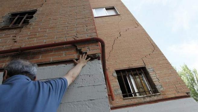 Las grietas recorren toda la fachada del edificio en el cruce de Vergara con Somorrostro.