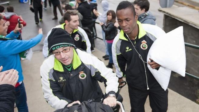 El delantero marfileño del Racing de Santander Mamadou Koné (d) a la llegada del equipo a Santander.