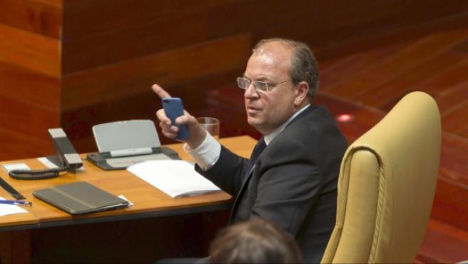 El presidente del Gobierno de Extremadura, en el Parlamento regional.