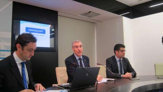 El conselleiro de Economía, Francisco Conde, en el centro, en rueda de prensa