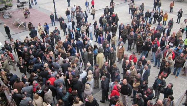 Ciudadanos, simpatizantes y políticos frente al Ayuntamiento tras la moción