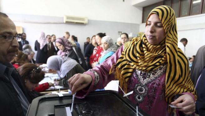 Una mujer ejerce su derecho al voto durante la última jornada del referéndum sobre la nueva Constitución, en un colegio electoral del barrio de Nasr, en El Cairo (Egipto).