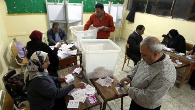 Oficiales egipcios cuentan los votos después del segundo día de votación del referendo por una nueva constitución en El Cairo (Egipto).