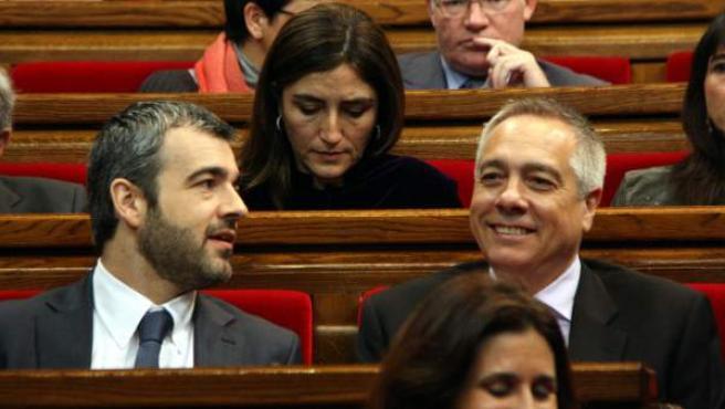 El portavoz del PSC en el Parlament, Maurici Lucena, y el primer secretario del PSC, Pere Navarro, con Rocío Martínez-Sampere, diputada del PSC, de fondo, en la sesión parlamentaria.