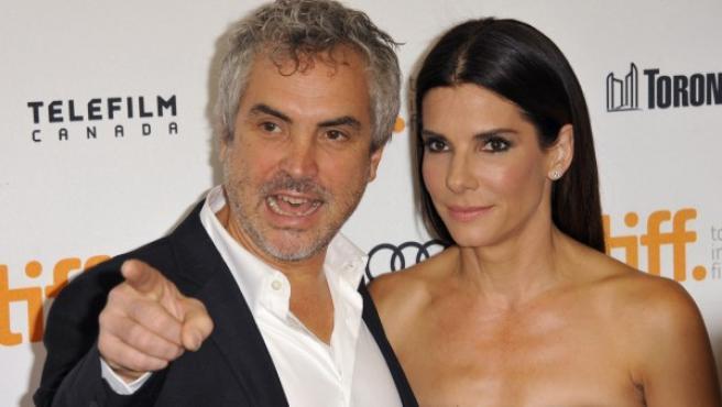Fotografía de archivo del director mexicano Alfonso Cuarón (i) y la actriz estadounidense Sandra Bullock.