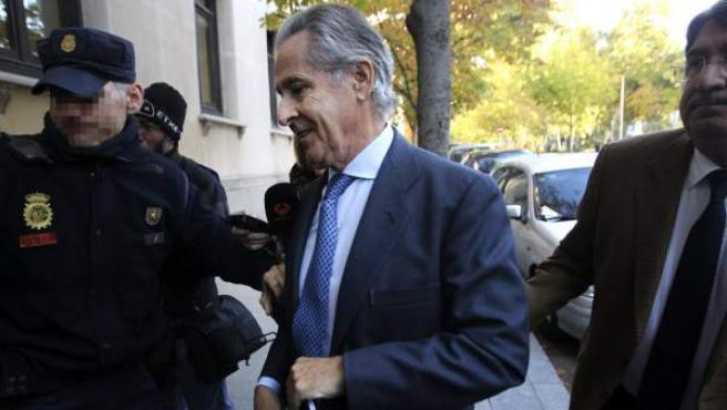 El expresidente de Caja Madrid Miguel Blesa, a su llegada para declarar como testigo en el marco de la querella que la Fiscalía interpuso contra el juez que lo encarceló, Elpidio José Silva.
