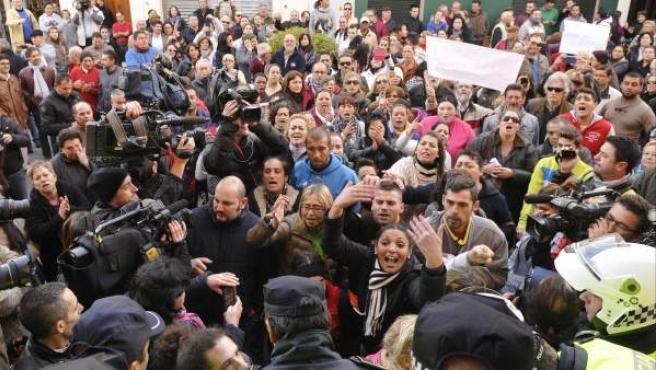 Concentración convocada por el movimiento 15-M, delante del Ayuntamiento de la localidad sevillana de Alcalá de Guadaíra, en protesta por la muerte de tres miembros de una familia por supuesta intoxicación alimentaria.