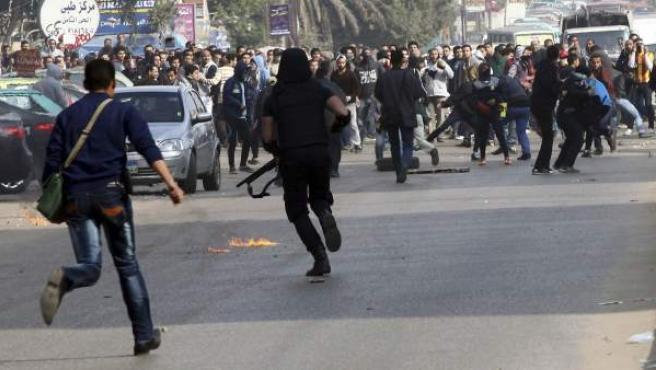 """La policía se enfrenta a los simpatizantes de los Hermanos Musulmanes durante unos disturbios en El Cairo, Egipto. Los simpatizantes de los Hermanos Musulmanes se manifiestan contra la victoria del """"sí"""" en el reféndum por la nueva Constitución, que consideran una vuelta a un gobierno de tendencia militar."""