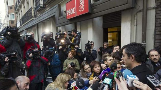 El diputado socialista Eduardo Madina, en declaraciones a los medios de comunicación, a su llegada al Comité Federal del PSOE.
