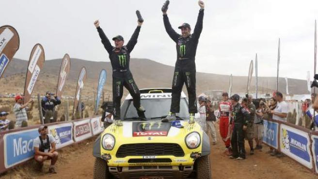 Nani Roma y Michel Perin celebran su victoria en el rally Dakar.