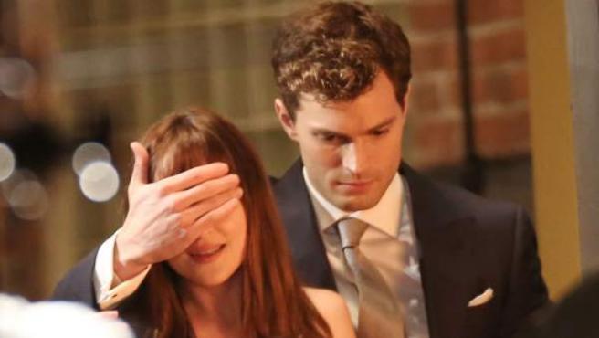 Los actores Jamie Dornan y Dakota Johnson, en un momento del rodaje de 'Cincuenta Sombras de Grey'.