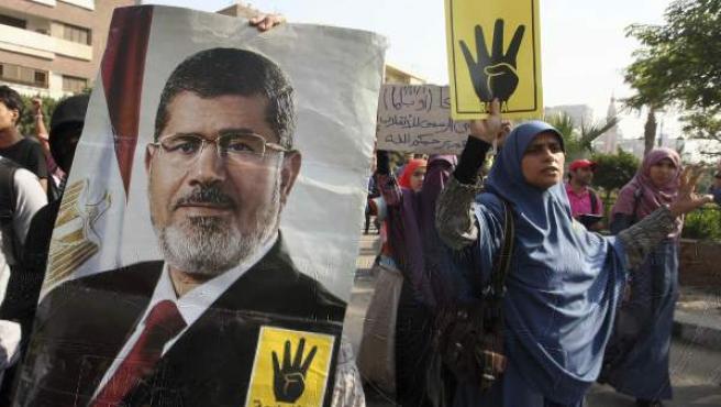 Simpatizantes del depuesto presidente egipcio Mohamed Morsi (en el cartel) en una protesta en El Cairo (Egipto), días antes de que se celebre el juicio contra él.