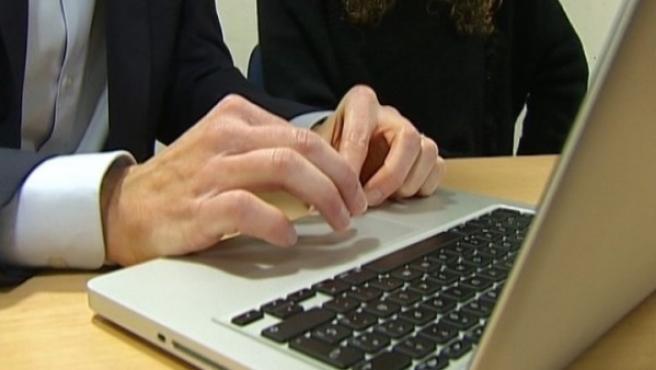 Un hombre utilizando un ordenador.