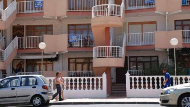Edificio de apartamentos turísticos en la costa española.