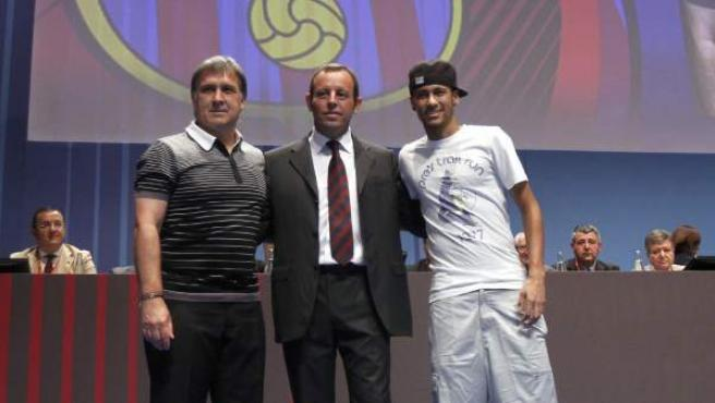 El presidente del F.C Barcelona, Sandro Rosell (c) junto con el jugador brasileño, Neymar (d) y el entrenador argentino, Gerardo Tata Martino (i). Esta temporada. El contrato de la nueva estrella del Barça ha sido la causa de su dimisión como presidente.
