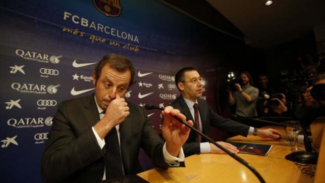 El presidente del FC Barcelona, Sandro Rosell (i) , durante la rueda de prensa que ofreció en las instalaciones del club en la comunicó que ha presentado la dimisión irrevocable en una reunión de urgencia con directivos en el Camp Nou.