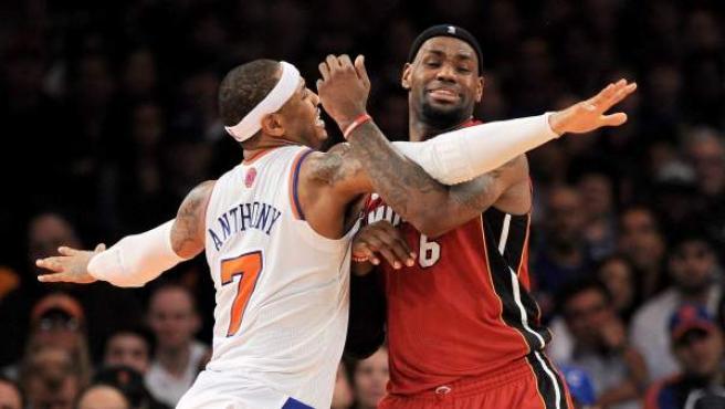 Carmelo Anthony y LeBron James luchan por el balón durante un duelo entre Knicks y Miami.