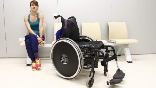 La triatleta Eva Moral posa en una sala del Hospital Nacional de Parapléjicos, en Toledo.