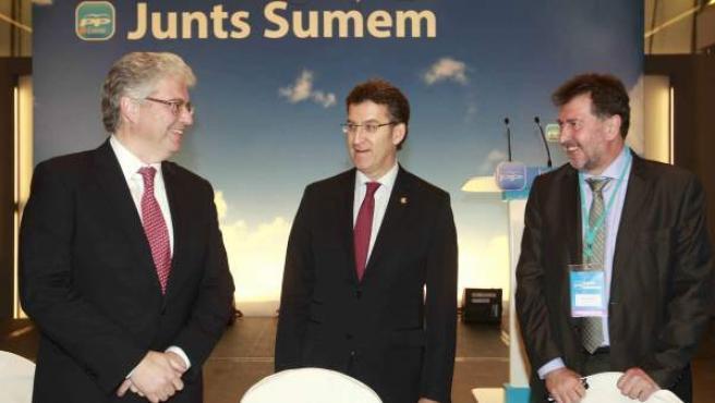 El presidente de la Xunta de Galicia, Alberto Núñez Feijóo, junto al diputado popular Jordi Cornet (i) y el empresario Amancio López (d) en la convención del PP catalán.