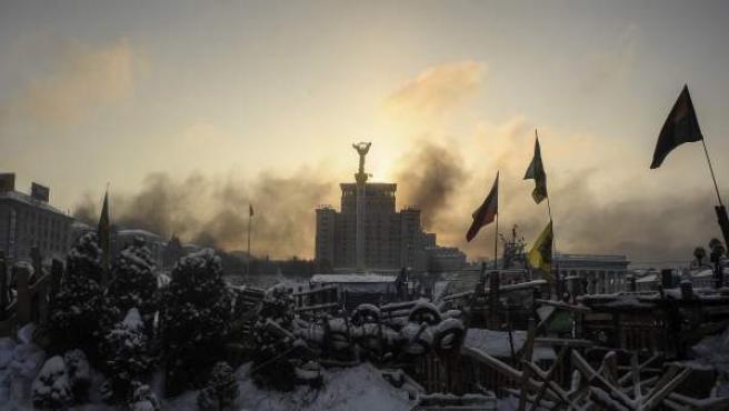 Un edificio esconde la salida del sol en la Plaza de la Independencia de Kiev (Ucrania) tras una semana llena de violentas protestas.