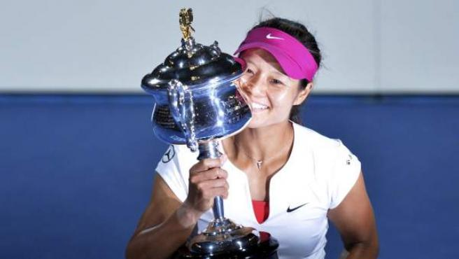 La tenista china Na Li posa con al copa que la acredita como ganadora del Open de Australia de 2014.