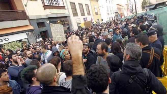 Unas 3.000 personas en una manifestación en La Laguna contra la política educativa y los recortes en educación, coincidiendo con la visita del ministro José Ignacio Wert, que ha finalizado con disturbios y cargas policiales.