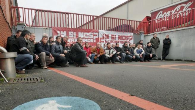 Trabajadores de Coca-Cola protestando por el cierre de varias plantas de la empresa.